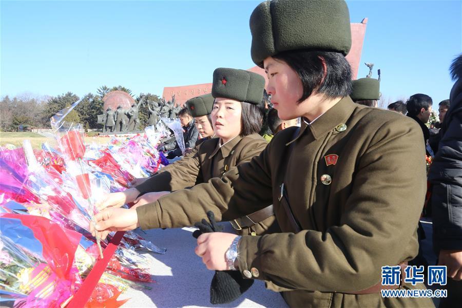 朝鲜民众纪念金正日逝世四周年 排长队献花