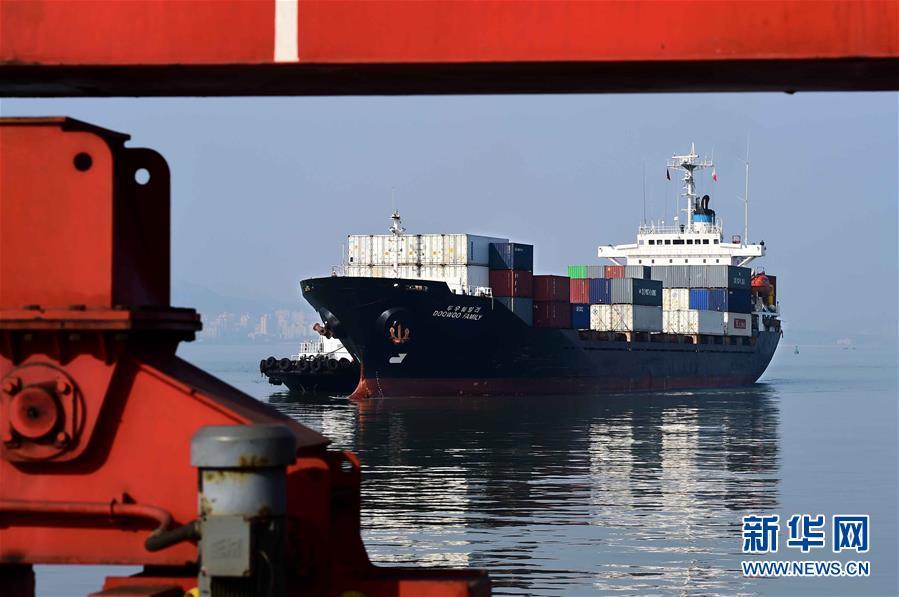 12月19日,一艘來自韓國的貨船抵達威海港。新華社記者 郭緒雷 攝