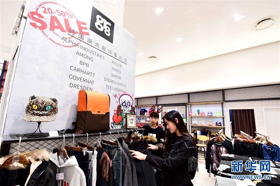 12月19日,在威海韓國樂天百貨,顧客在選購服裝。新華社記者 郭緒雷 攝