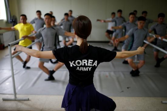 """畫面太美!韓軍人學芭蕾減壓 壯漢踮腳變""""天鵝"""""""