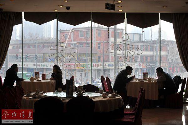 資料圖片:2014年1月10日,太原市民在一家高檔餐廳用餐。新華社記者 燕雁 攝