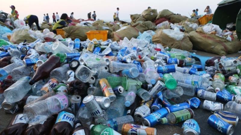 韓國釜山海雲臺沙灘上成堆的垃圾