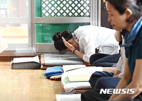 韓國高考倒計時:考生緊張備考 家長虔誠祈禱【組圖】