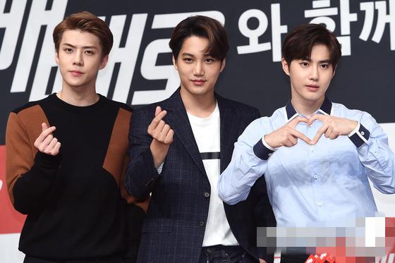 EXO粉絲簽名會伯賢中分發型吸睛 燦烈kai均纏繃帶現身【組圖】