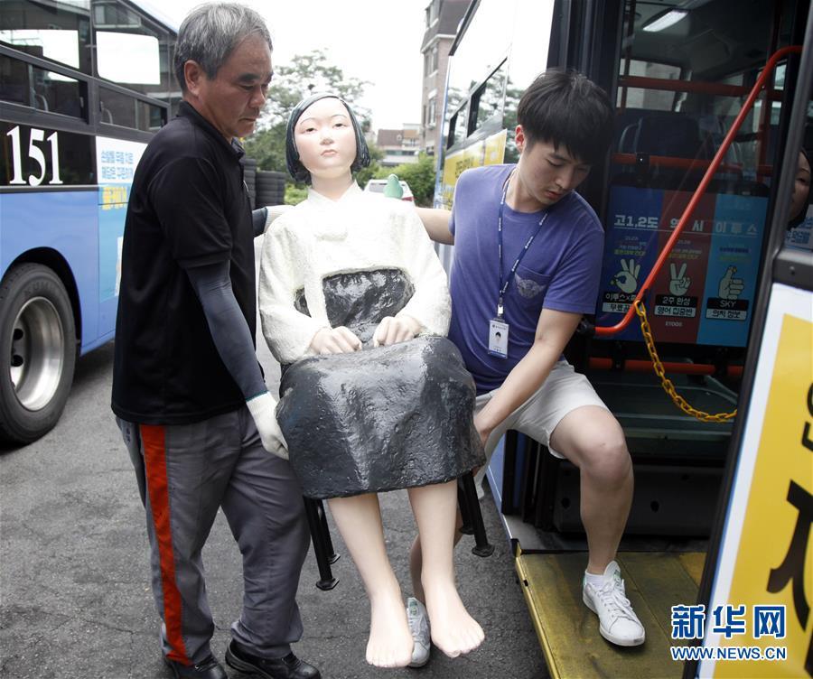 """(国际)(7)韩国公交车安装""""慰安妇""""少女像"""