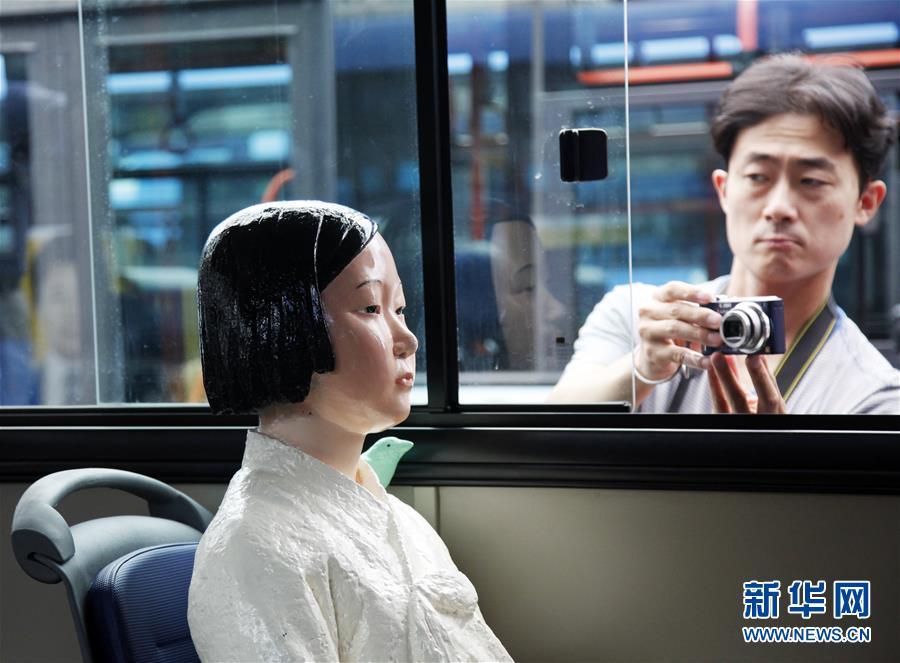 """(国际)(3)韩国公交车安装""""慰安妇""""少女像"""