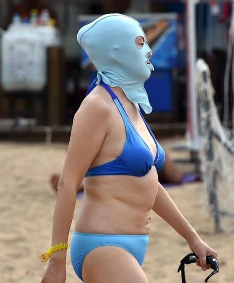 中 칭다오 해변 모래사장의 핫 트렌드 '페이스키니'