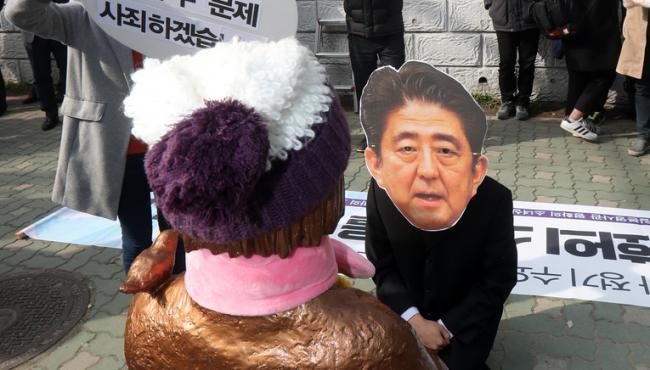 """韓民眾在日本領事館前集會 """"安倍""""跪少女像前謝罪"""