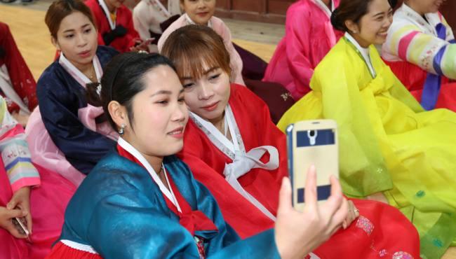 韓國女大學生穿韓服包餃子 展示傳統美(組圖)