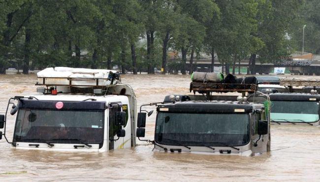 韓國中部地區遭強降雨襲擊 車輛浸泡于洪水中(組圖)
