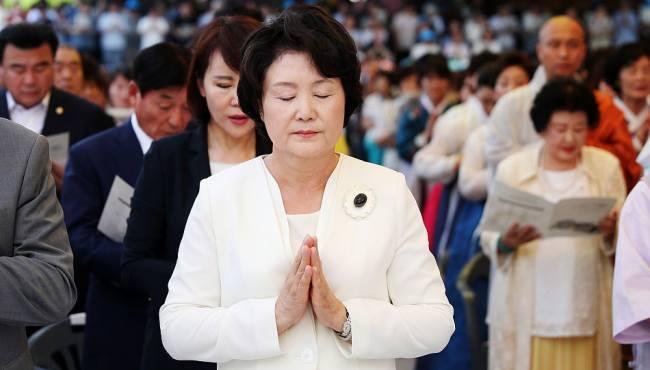 韓第一夫人頂烈日出席寺廟竣工儀式 表情虔誠