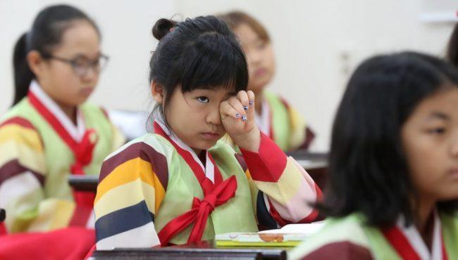 韓小學生著韓服體驗傳統文化課 困倒一片