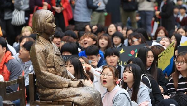 韓民眾在日使館舉行第1305次集會 美國前日裔眾議員現身支持
