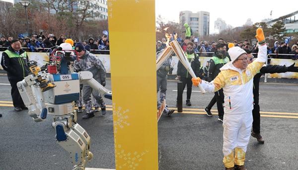 韓國機器人HUBO傳遞平昌冬奧聖火