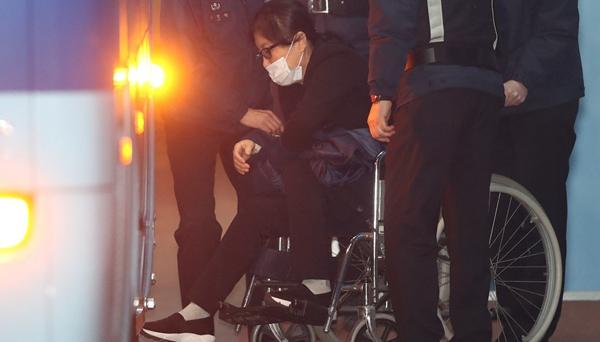 崔順實被檢方提請判處25年 情緒激動坐輪椅離開法院