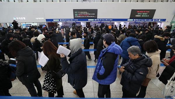 """韓國""""春運""""火車票開售 民眾熬夜排隊買票"""