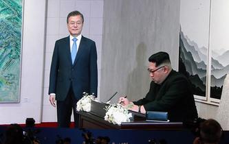 """金正恩在板門店韓方一側的""""和平之家""""留言簿上題詞"""