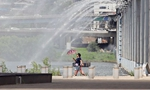 酷暑當前 韓國盤浦大橋開噴泉助民眾降溫