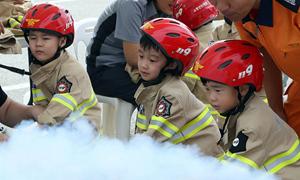 韓國大田舉行消防體驗活動 萌娃化身消防員有模有樣