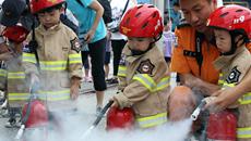 韓國舉行消防體驗活動 萌娃化身消防員有模有樣