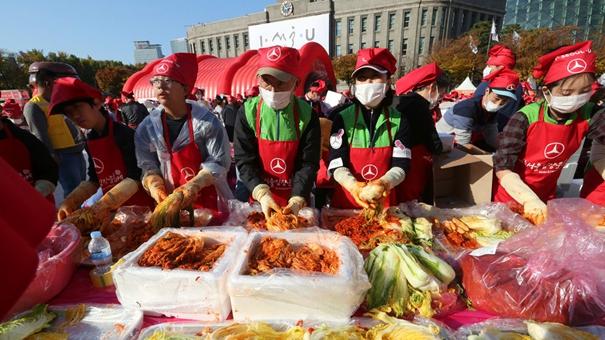 韓國超過3000人一起做泡菜(組圖)