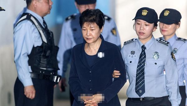 韓前總統樸槿惠出席公審 被拘53天後首露面