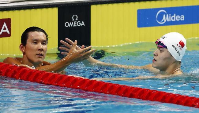 孫楊奪男子400米自由泳冠軍 賽後與樸泰桓握手
