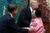 """特朗普在韓出席國賓晚宴 擁抱前""""慰安婦""""奶奶"""