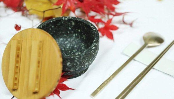 文在寅夫婦送特朗普夫婦什麼禮物?銅筷石碗
