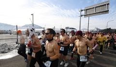 韓國平昌舉辦光膀子馬拉松 參賽者嚴寒中赤膊上陣(圖)