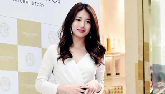 秀智身穿白裙優雅現身明洞 膚白紅唇惹人愛 【組圖】
