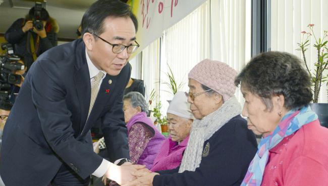 韓高官看望慰安婦受害者