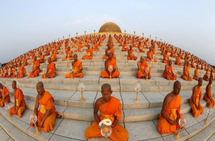 태국 마카부차(Magha Puja Day) 축제, 승려 좌선 모습이 장관