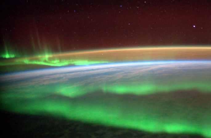 충격: 우주비행사 '오로라의 미'포착, 몽롱하고 현란하게 지구를 비춰