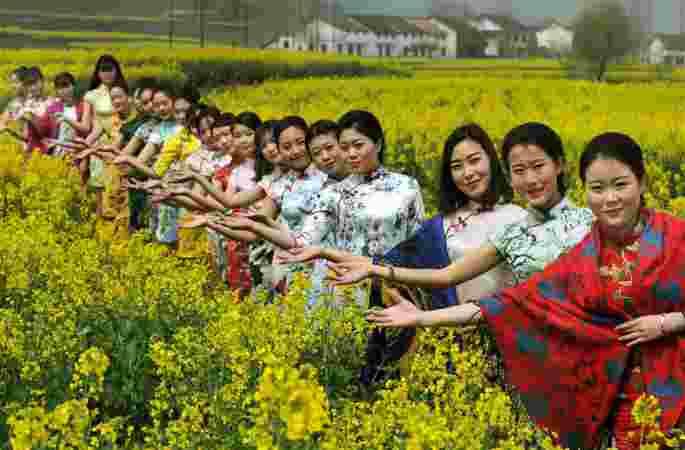꽃 바다 무대서, 소녀들의 아름다운 모습 보여줘