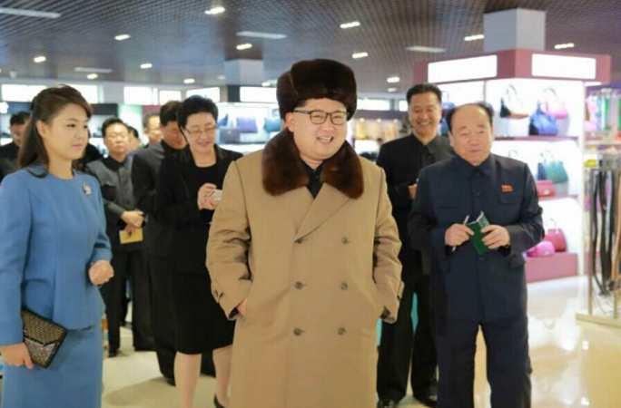 김정은, 부인 및 여동생과 함께 신설 상점과 봉사기지 시찰