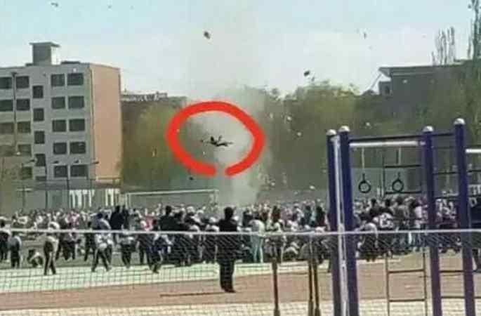 中간쑤 초등학교, 한 여학생이 회오리바람에 말려 공중에 떠올라