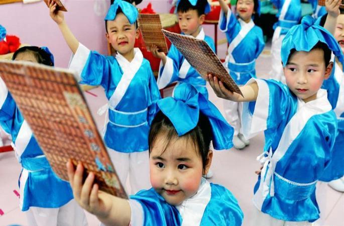 中 장시 100명 어린이 전통 복장 입고 고전 낭송