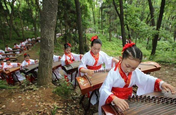 中 1000명 청소년 한복 옷차림으로 쟁을 연주