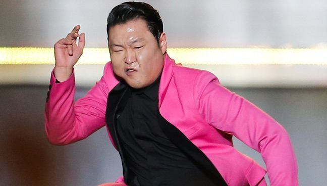 Winner、Ikon亮相演唱會 Psy著粉西裝跳騎馬舞