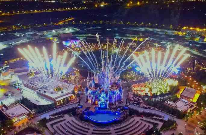 상하이 디즈니랜드, 불꽃과 3D라이트쇼로 불야성을 이루어