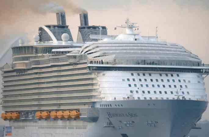 세계 최대 크루즈선 영국에 도착...타이타닉보다 100미터 더 길어