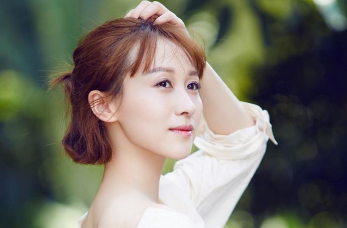 렌수메이(練束梅) 최신 화보 공개, 예쁜 어깨 라인에 아름다운 미소