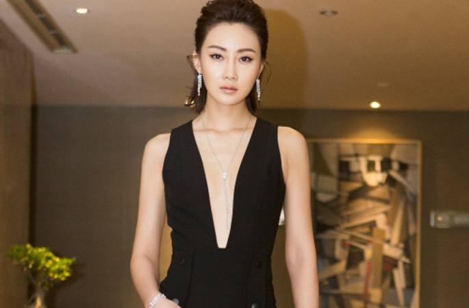 린펑, 청룽 영화 주간 행사에 참가, 색다른 드레스로 완벽한 몸매 과시