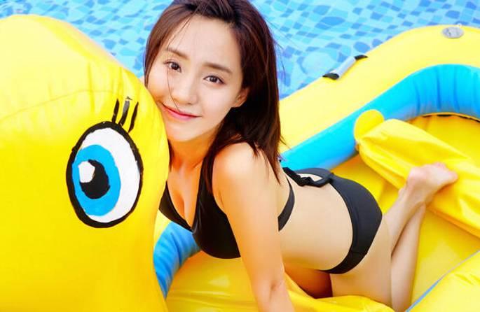 '국민 첫사랑' 왕즈 수영장 화보, 비키니로 볼륨감 과시