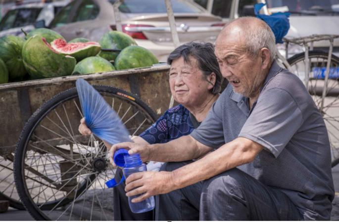 시골학교 수십년 교편 잡았던 팔순 노교사, 손녀 구하려 거리서 수박 팔다