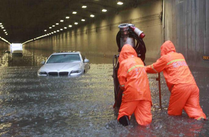 [포토] 폭우속에서도 여전히 근면히 일하는 근로자들