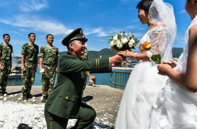 특별한 '8.1'선물: 8년 늦은 해상 결혼식