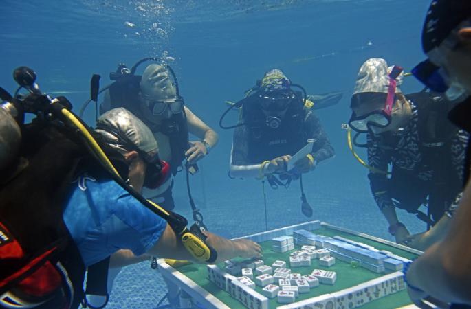 충칭 시민들의 마장 솜씨…잠수하면서 마장하기