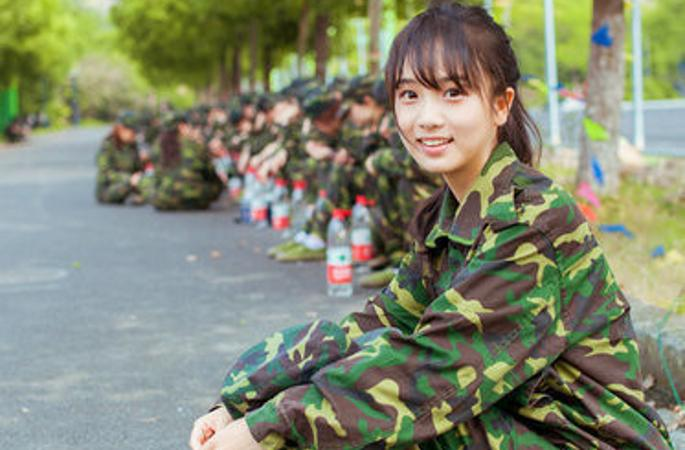 개학철 맞은 中 대학, 군사훈련 받는 초절정 미녀 학생들